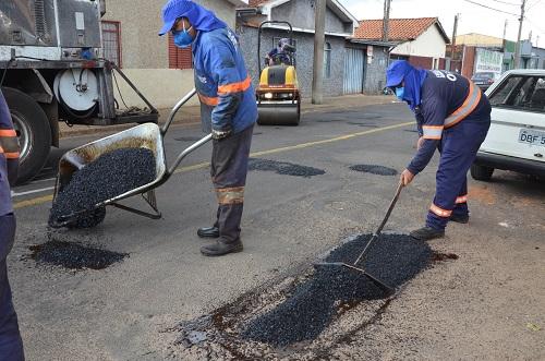Operação Tapa-buracos é intensificada com equipes em 10 bairros