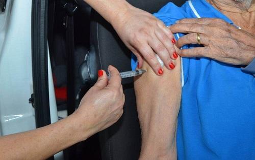 Governo antecipa calendário e começa a vacinar idosos acima de 77 anos