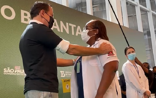 Mulher, negra e enfermeira é a primeira brasileira vacinada; Veja!