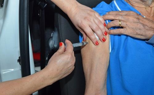 Vacinação é mantida para 2ª dose em idosos acima de 77 anos
