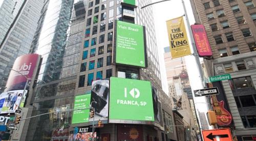 Stone homenageia Franca na Times Square em Nova York