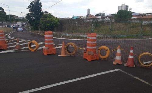 Cratera aberta interdita tráfego na rua General Osório