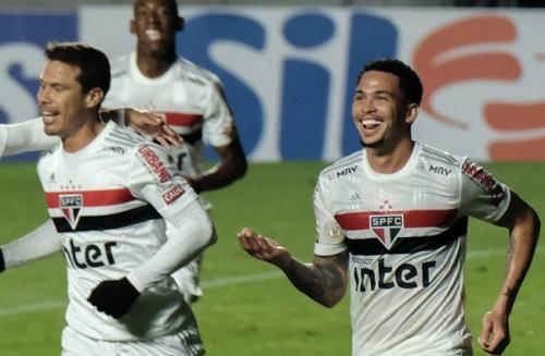 São Paulo vence Athletico-PR e avança para 3º lugar no Brasileirão