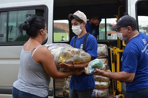 Região da Vila São Sebastião recebe distribuição de cestas básicas