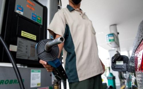 Preço médio da gasolina passa de R$ 5,00 e atinge maior alta em um ano no Brasil