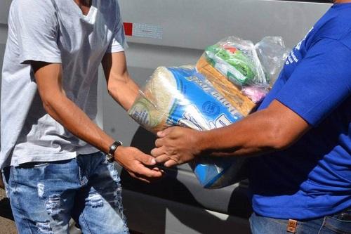 Famílias de bairros da região leste recebem cestas básicas